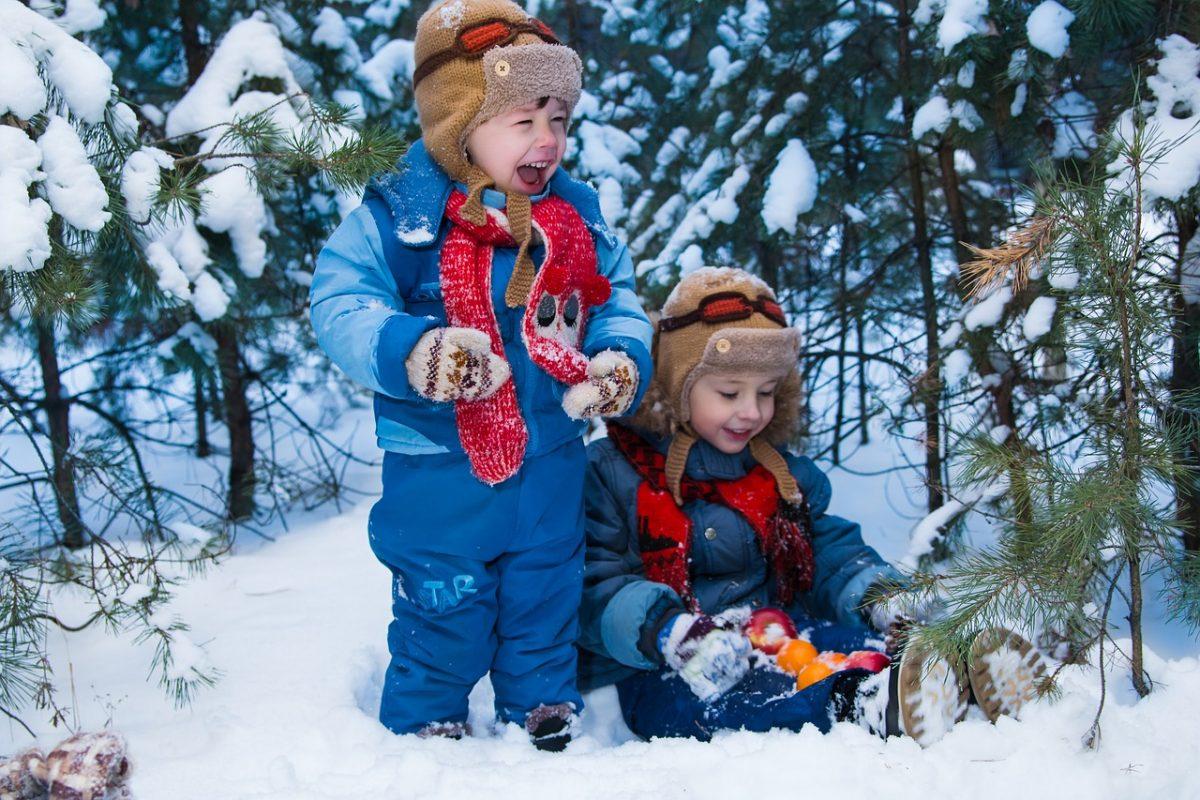 bambini inverno giocare